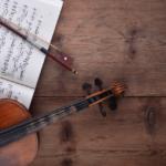 Un joven médico toca el violín para enfermos terminales en ..